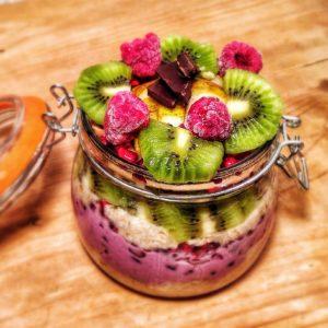 Veganes Porridge aus Haferflocken und Obst