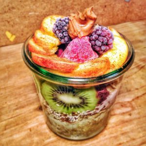 Veganes Porridge mit Obst