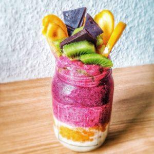 Veganes, gesundes Porridge mit Obst und Schokolade