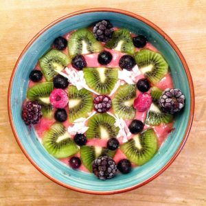 Gesundes und leckeres Porridge mit Früchten