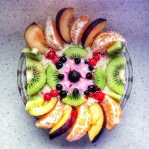 Leckeres Oatmeal mit Früchten