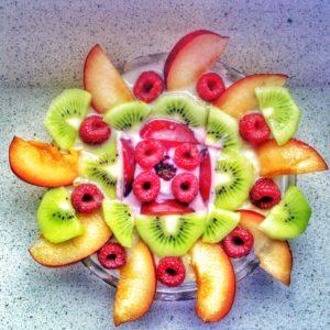 Veganes Frühstück aus Haferflocken und Obst