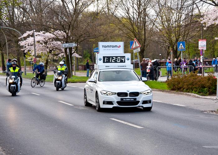 Das Führungsfahrzeug beim Haspa Marathon Hamburg 2016