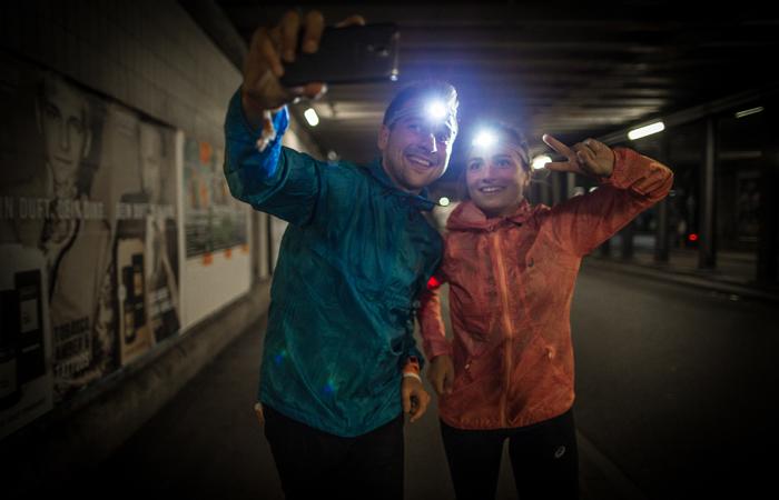 Selfie machen beim Laufen im Dunkeln