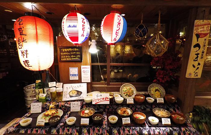 Ein japanisches Restaurant mit Attrappen vor dem Lokal