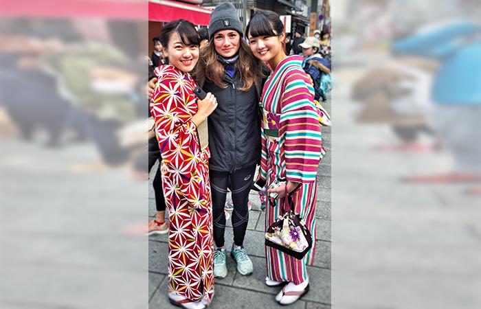 Mädchen is Asakusa die einen Kimono tragen