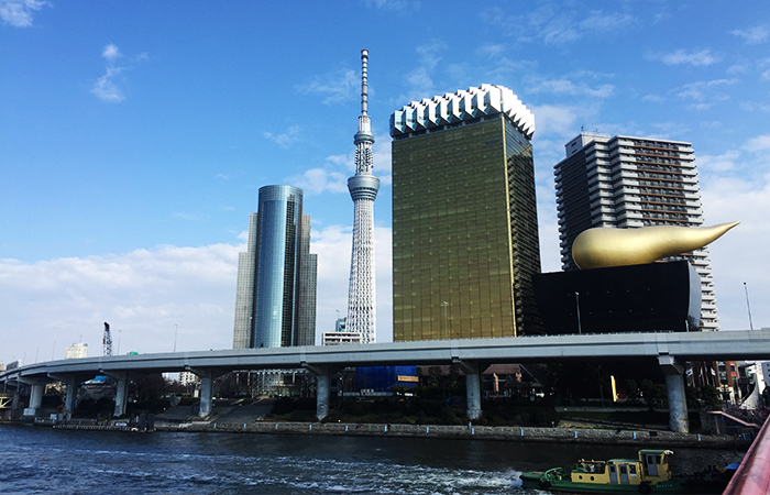 Die goldene Installation von Philippe Starck vor der Asahi Beer Hall.