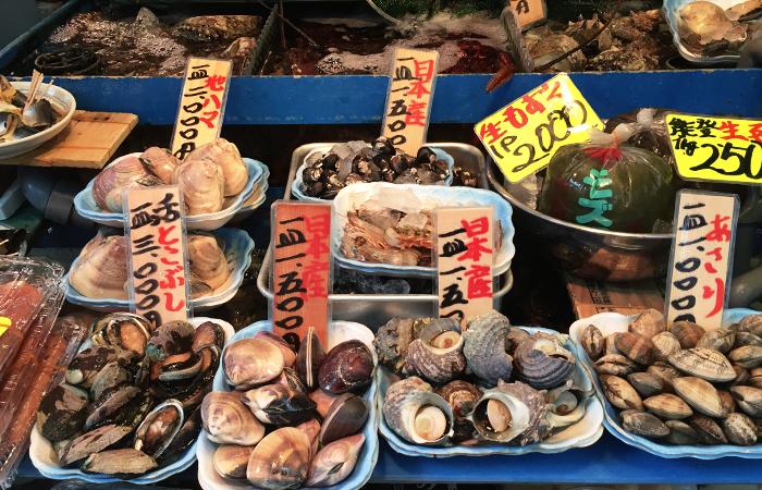 Muscheln auf dem Fischmarkt in Tokyo