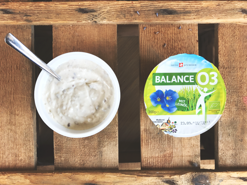 lecker, gesund und vegetarisch. Quark mit Honig, Omega 3 Fettsäuren, Leinöl und Leinsamen