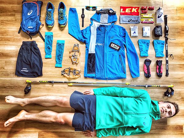 Equipment für einen Ultratrail: Stöcke, GPS-Uhr, Trinkrucksack, Trailschuhe, Kompressionsstrümpfe, Stirnband, Spikes, Stirnlampe von LedLenser