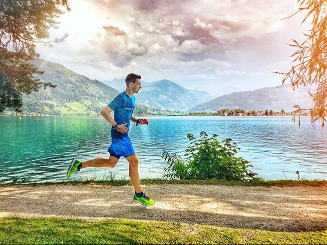 Läufer, der in Zell am See in Österreich läuft, hat Schiebneinprobleme