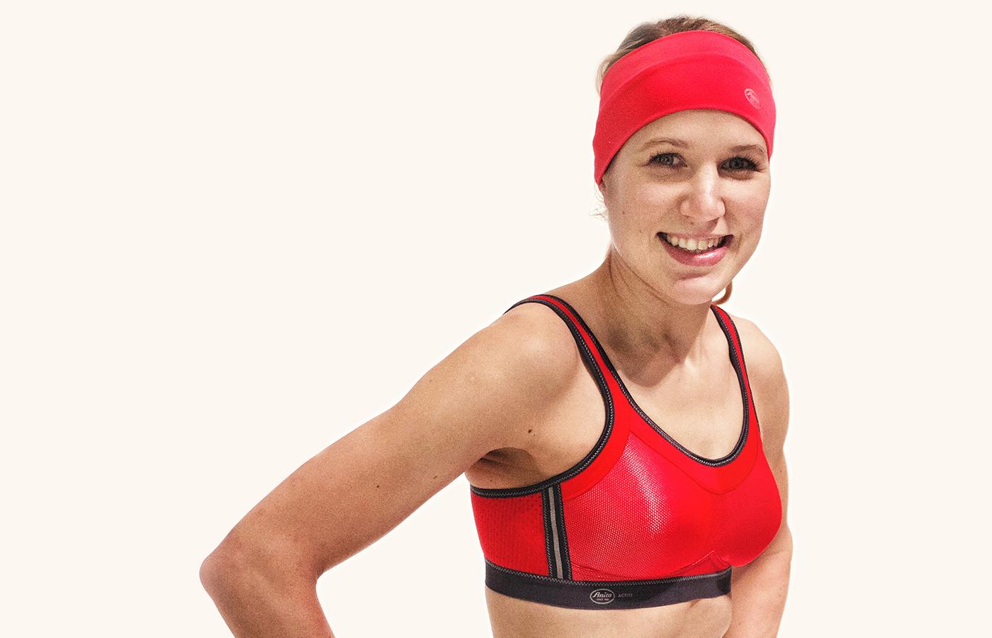 Theresa, zweimalige Ironman-Finisherin trägt den Anita momentum in rot und ein Stirnband von Anita since 1886