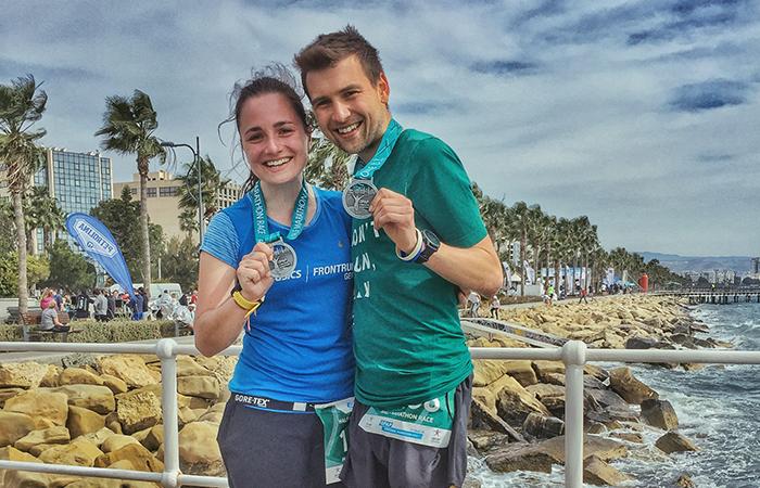 Paar in Limassol mit Medaille beim Limassol Marathon, Halbmarathon laufen, Portrait