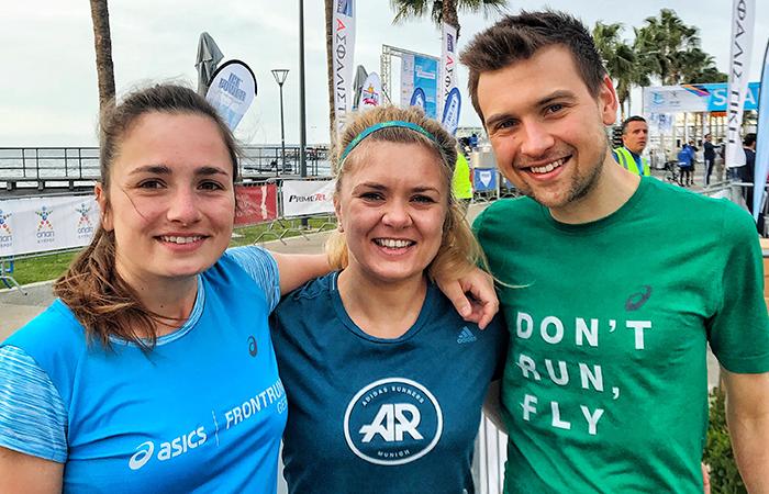 2 Frauen und ein Mann, Startlinie Limassol Marathon, Palmen, Zypern