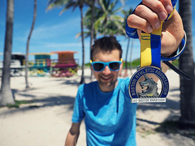 Boston Marathon Medaille, Mann und Medaille, Medaille mit Einhorn, Miami Beach, Palmen, Strand