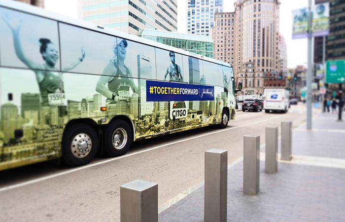 Bus in Boston, Bus mit Boston Marathon Beklebung