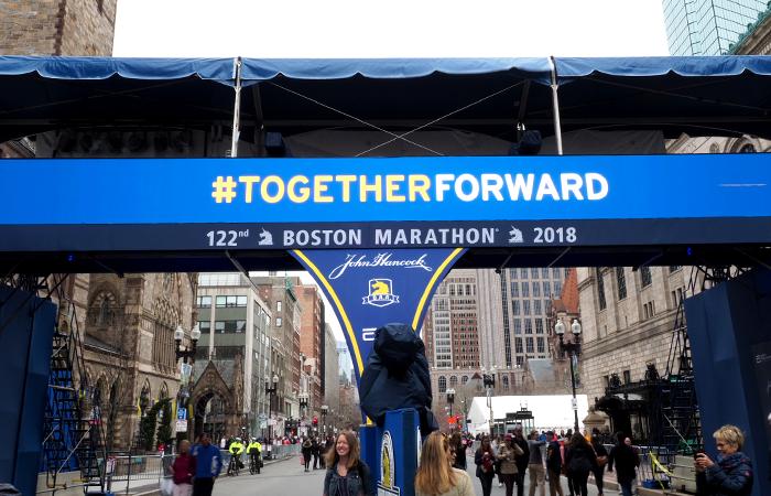 Ziel Boston Marathon, Banner beim Boston Marathon im Ziel, Together Forward