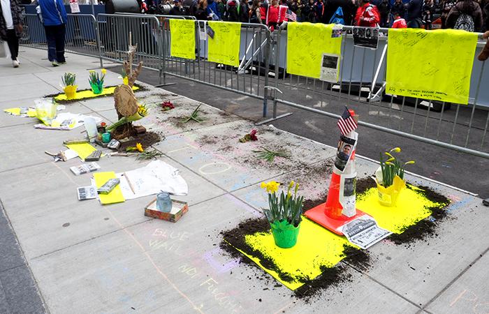 Boston Marathon Anschlag 2013, Gedenkstätte Boston Marathon, Blumen für die Opfer, Boylston Street