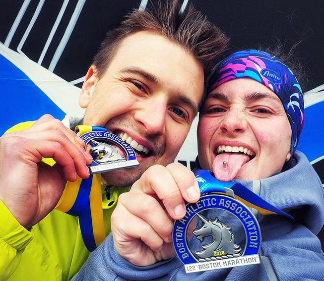 Medaille Boston Marathon, Pärchen mit Medaille, Pärchen in den USA