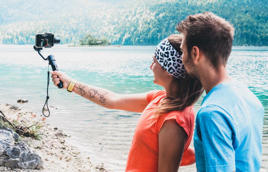 Pärchen am See mit einem Gimbal, Selfie machen, Eibsee an der Zugspitze, Alpen in Bayern, Dobot Rigiet