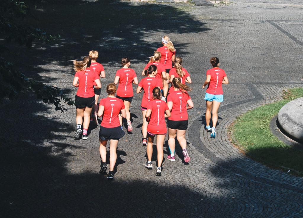 Frauen laufen, rote T-Shirts, Anita Sport-BH, Marathontraining