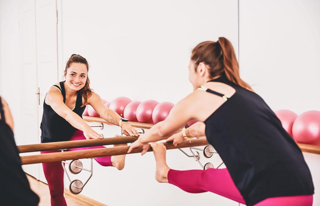 Barre-Fusio-Yoga, München, Studio.12, Dehnen, Anita active, running tights, Mädchen an der Balllettstange