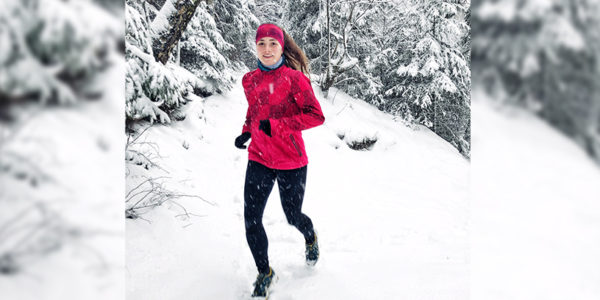 Besser Laufen, besser Joggen, Lauftipps, Laufen im Schnee, Laufen im Winter, Frau läuft im Schnee, Laufen kalt, Laufen bei Kälte, Laufjacke pink, Laufjacke Asicd