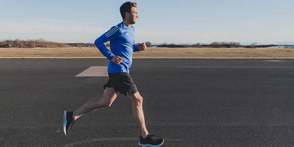 Laufen, Marathon laufen, Marathontraining, rennen, joggen, Landebahn München, Unterhaching Landebahn, Mann läuft, Mann joggt,