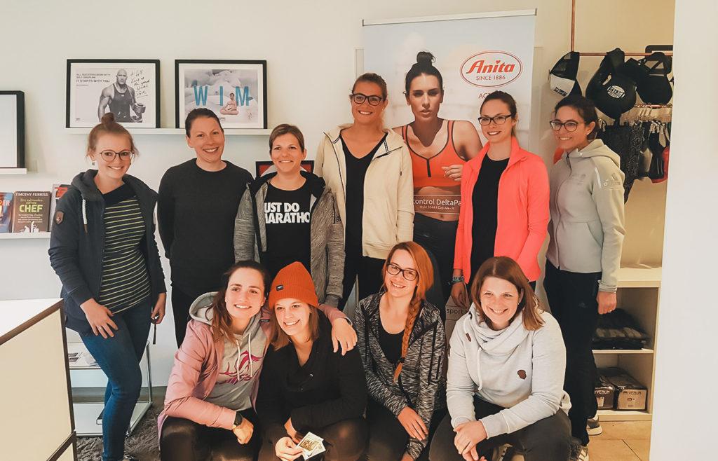 Die Teilnehmerinnen des Selbstverteidigungskurs für Frauen beim Laufen in der SFR Academy. Gruppenbild mit 10 Frauen.