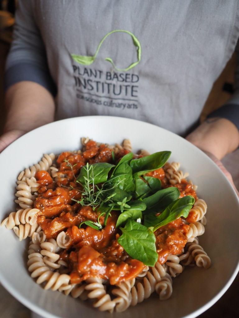 Nudeln aus Urgetreide, Lisa Heinig von rundumpflanzlich mit einem Teller Pasta