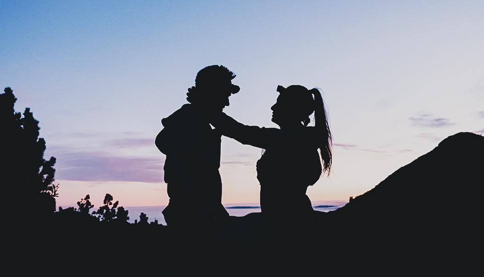 Mann und Frau auf dem Gipfel
