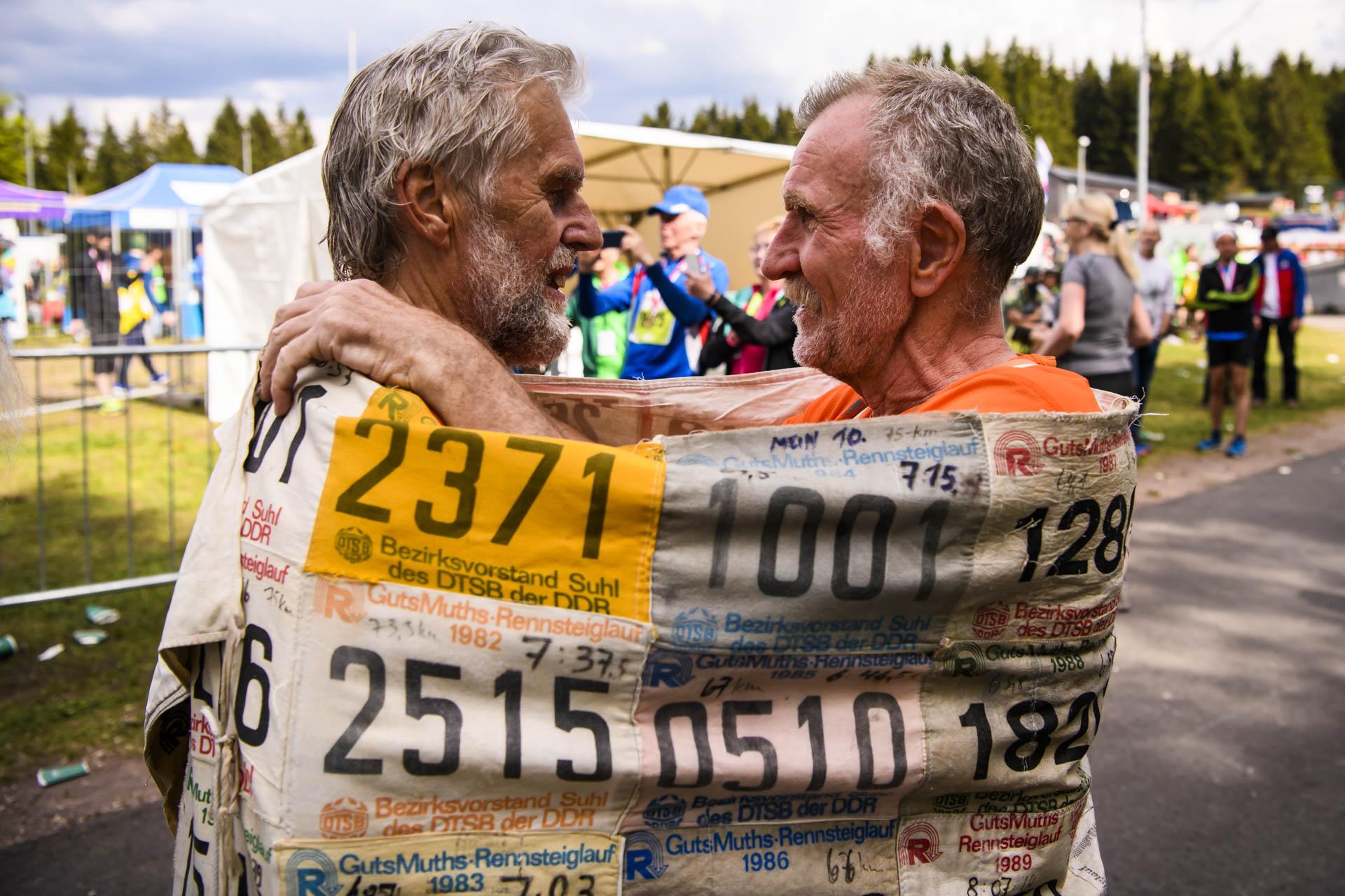 47. GutsMuths Rennsteiglauf. Finisher-Bild mit zwei Herren.