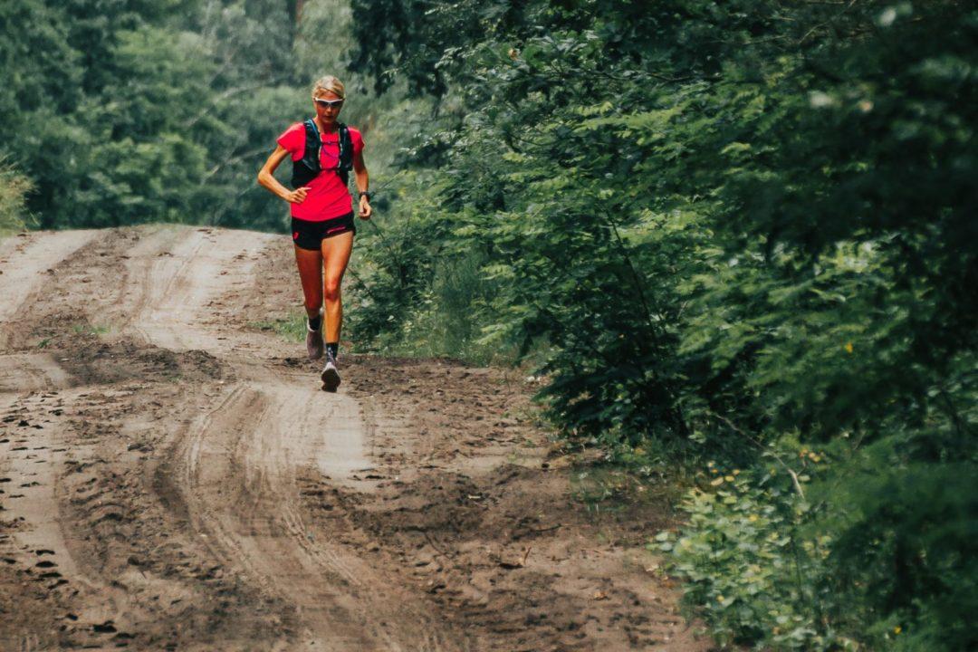 Judith Havers läuft beim Heischnuckenweg 222 km , im Wald