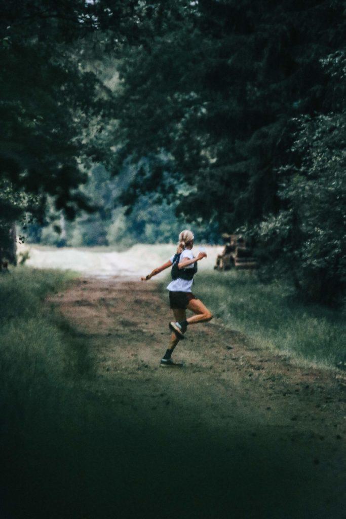 Frau läuft durch den Wald