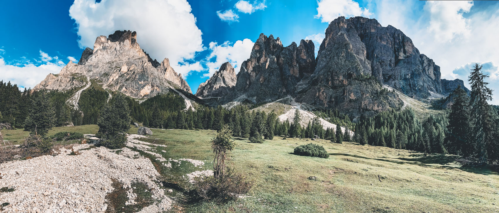 Langkofelgruppe in Südtirol, Berge, Wiese, Bäume und Himmel